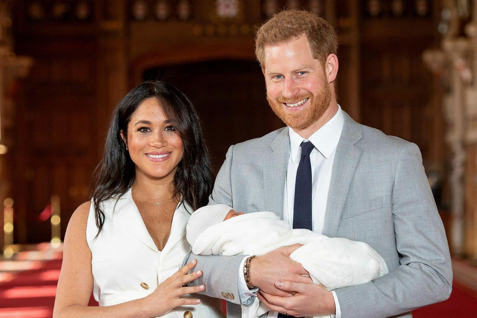 Harry og Meghan með Archie þegar hann var nýfæddur árið …