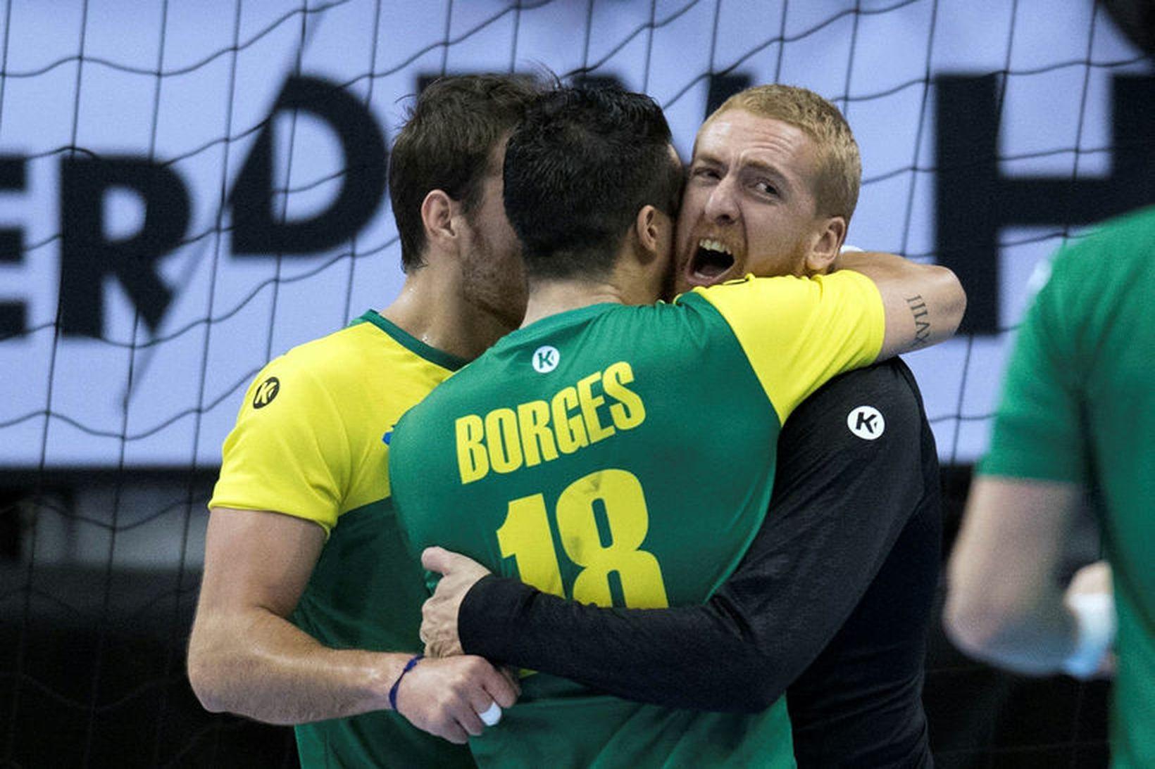 Leonardo Tercariol, markvörður Brasilíu, og Felipe Borges fagna gegn Rússum …