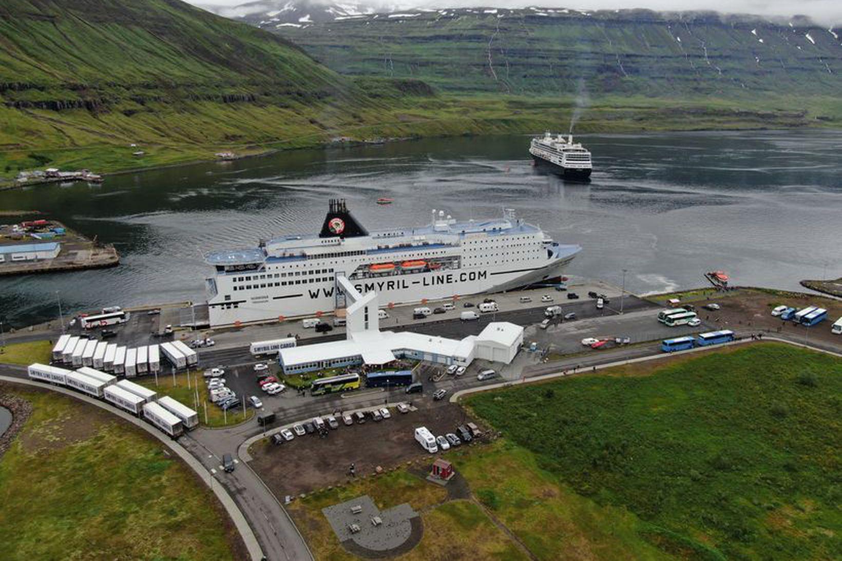 Norræna við bryggju á Seyðisfirði.
