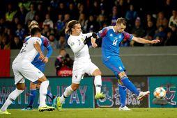 Kári Árnason hefur betur gegn Antoine Griezmann í leiknum gegn Frökkum í gærkvöld.