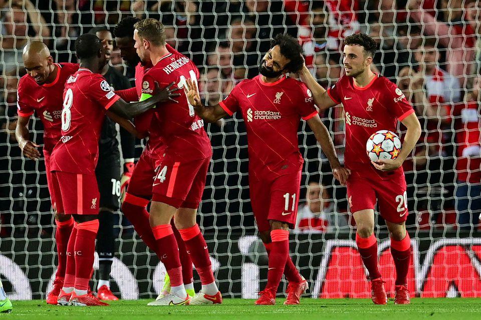 Mohamed Salah fagnar jöfnunarmarki sínu ásamt liðsfélögum sínum.