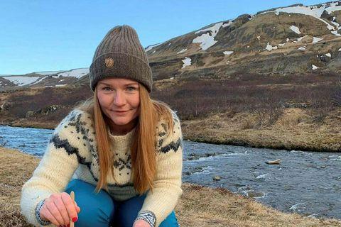 Valgerður Húnbogadóttir að elda mat á göngu um Brynjudal.
