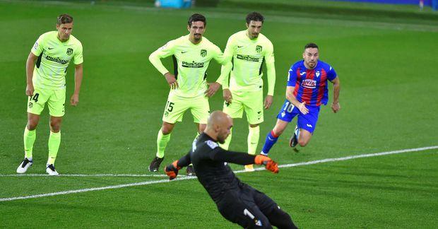 Marko Dmitrovic markvörður Eibar skorar úr vítaspyrnunni gegn Atlético í kvöld.
