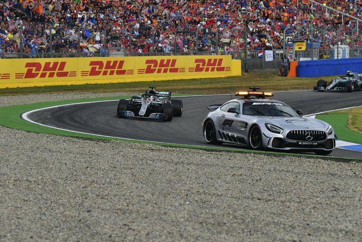 Lewis Hamilton komst í forystu er öryggisbíllinn var kallaður út í brautina eftir óhapp Sebastians ...