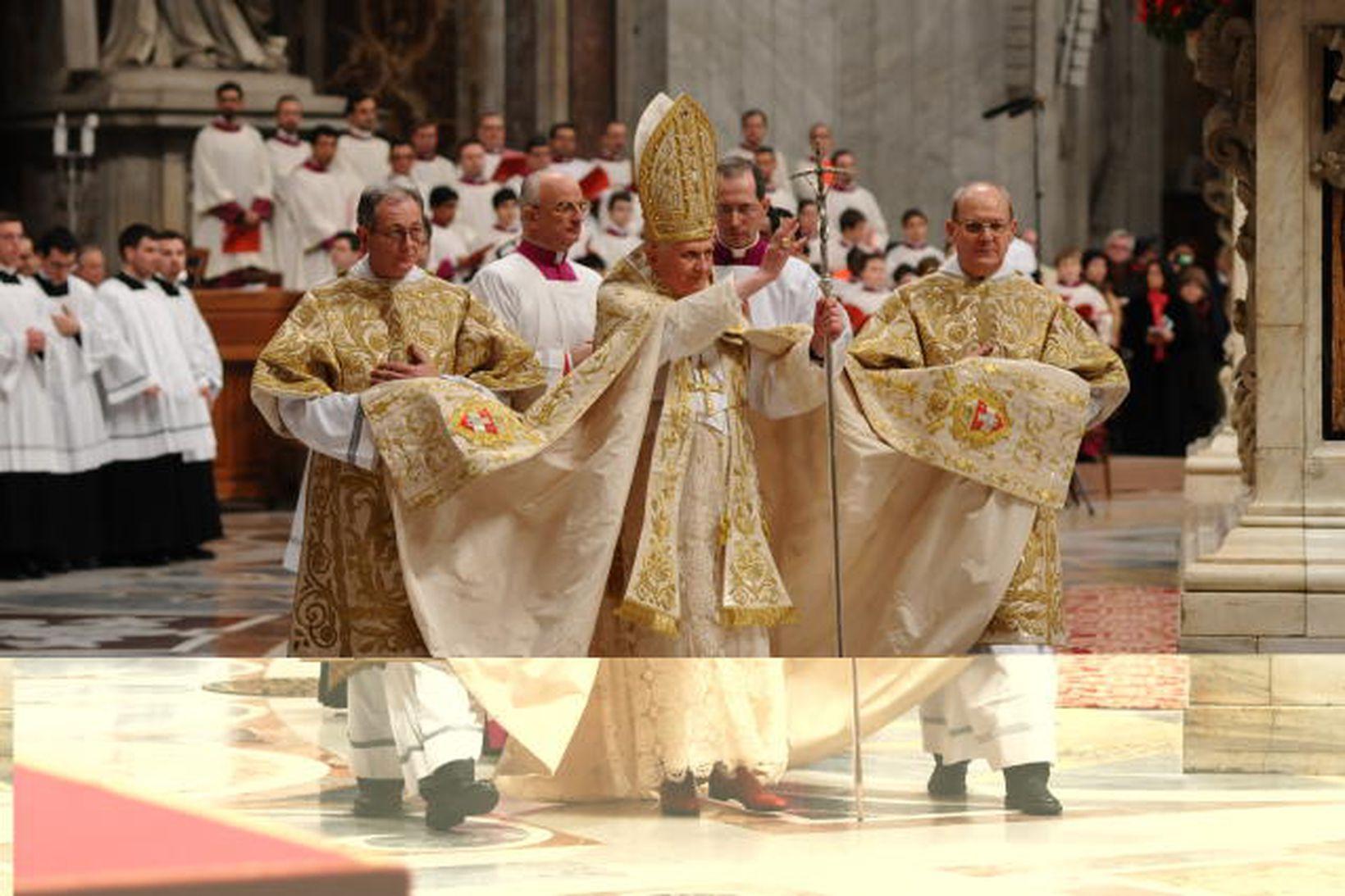 Benedikt XVI páfi er hann kom til aftansöngs í gærkvöldi
