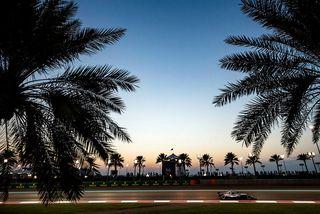 Lewis Hamilton á ferð á æfingu í Abu Dhabi.