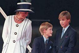 Diana prinsessa sá í ómskoðun að Harry væri drengur. Hún hélt því leyndu fyrir Karli, ...