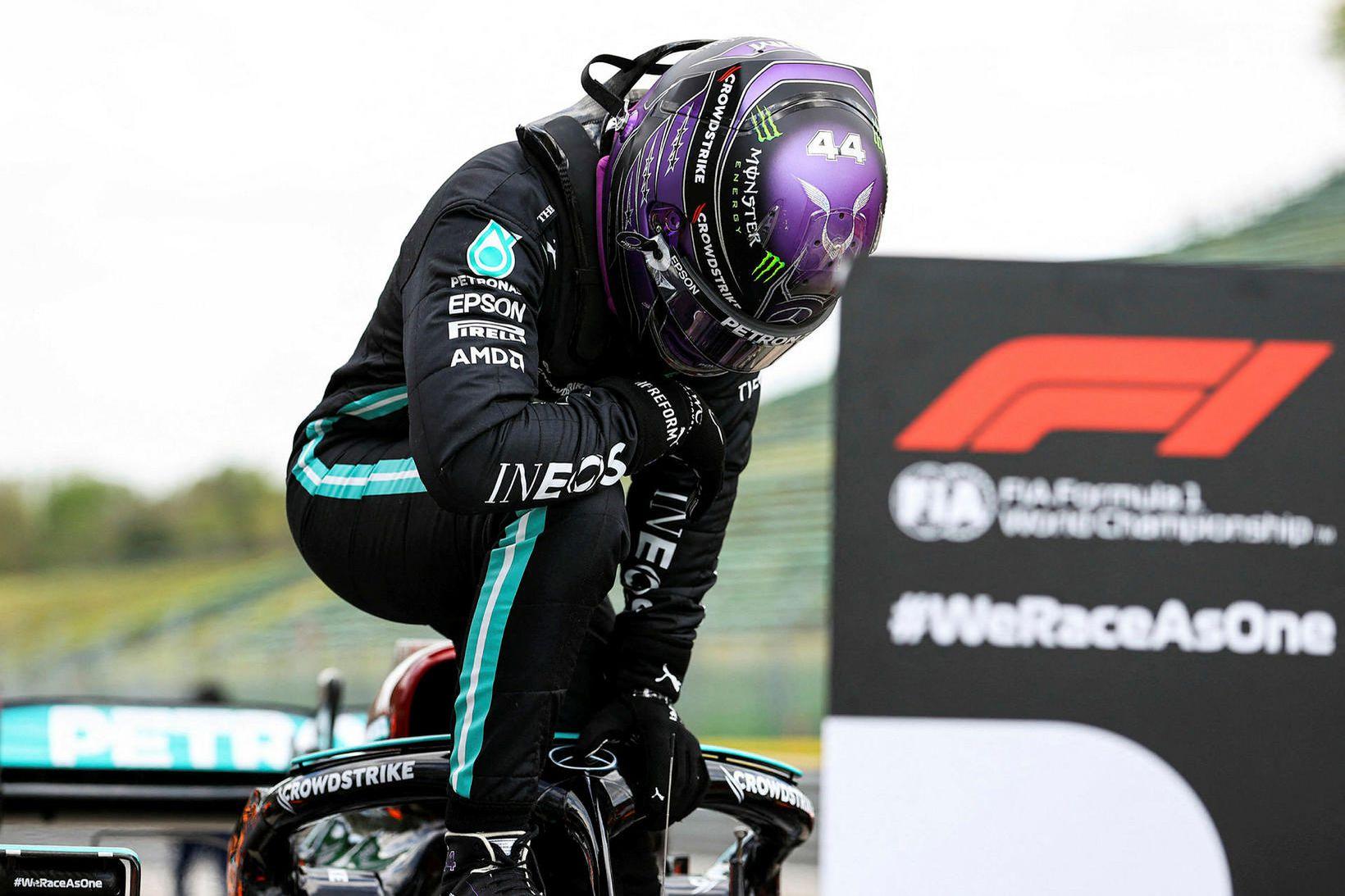 Lewis Hamilton klifrar upp úr bíl sínum við lok tímatökunnar …