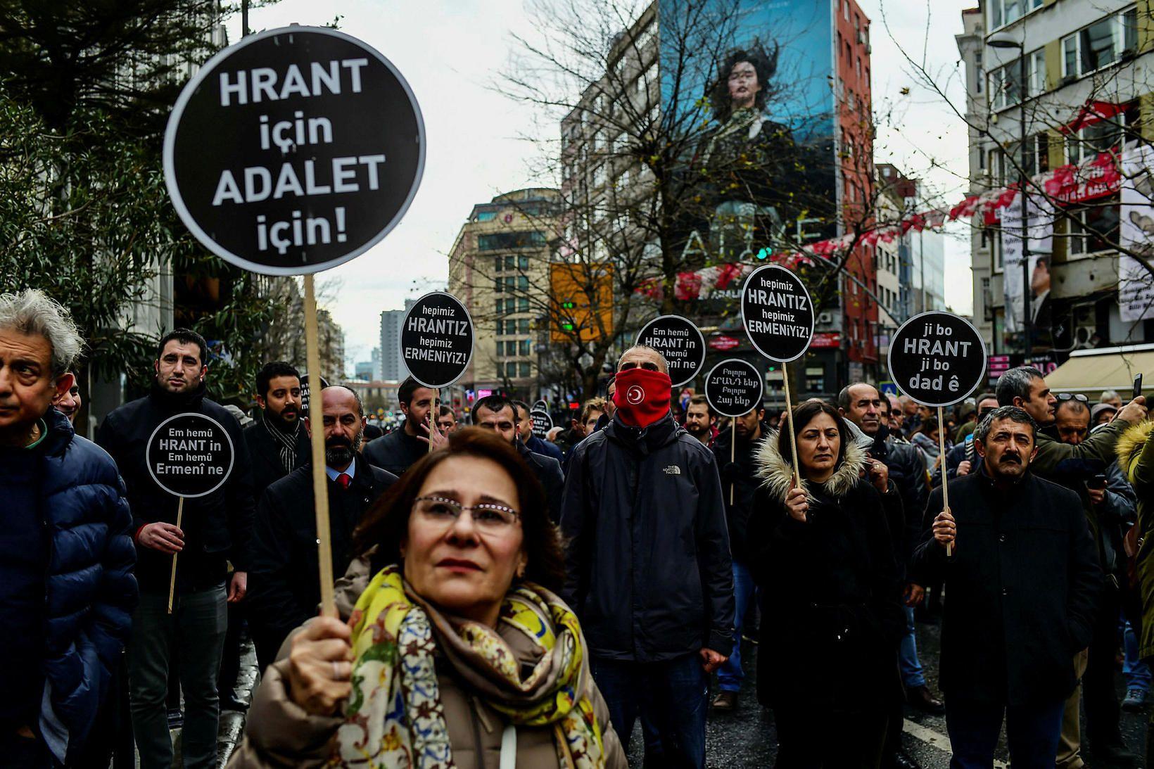 Mótmælendur í Istanbúl í Tyrklandi í dag.