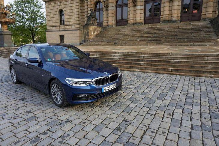 Fyrir utan tónleikahús Fílharmóníuhljómsveitarinnar í Prag. BMW 530d xDrive verðskuldar fyllilega að fá fullt hús ...