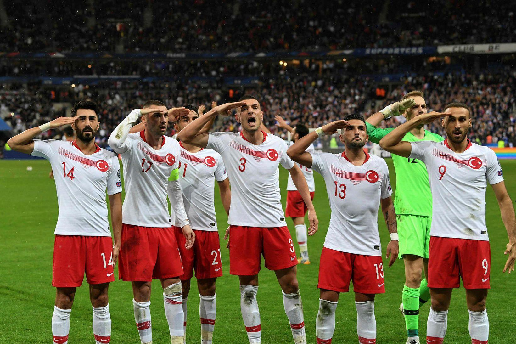 Tyrkir fagna jöfnunarmarkinu gegn Frökkum á Stade de France í …