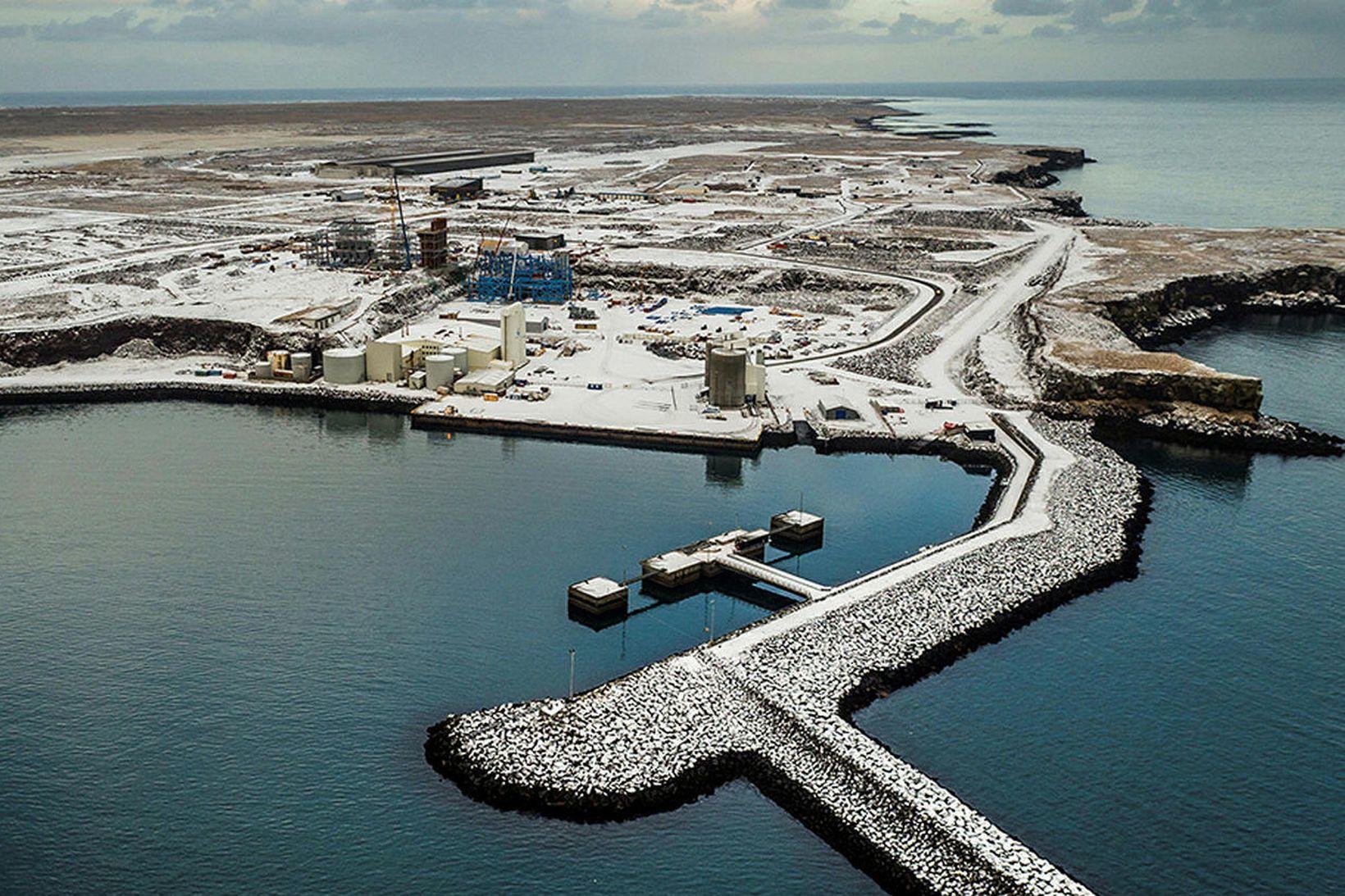 Helguvíkurhöfn var vígð 1989. 150 metra viðlegukantur á norðurbakkanum myndi …