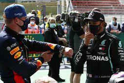 Lewis Hamilton (t.h.) ræðir við Max Verstappen eftir tímatökuna í Spa.