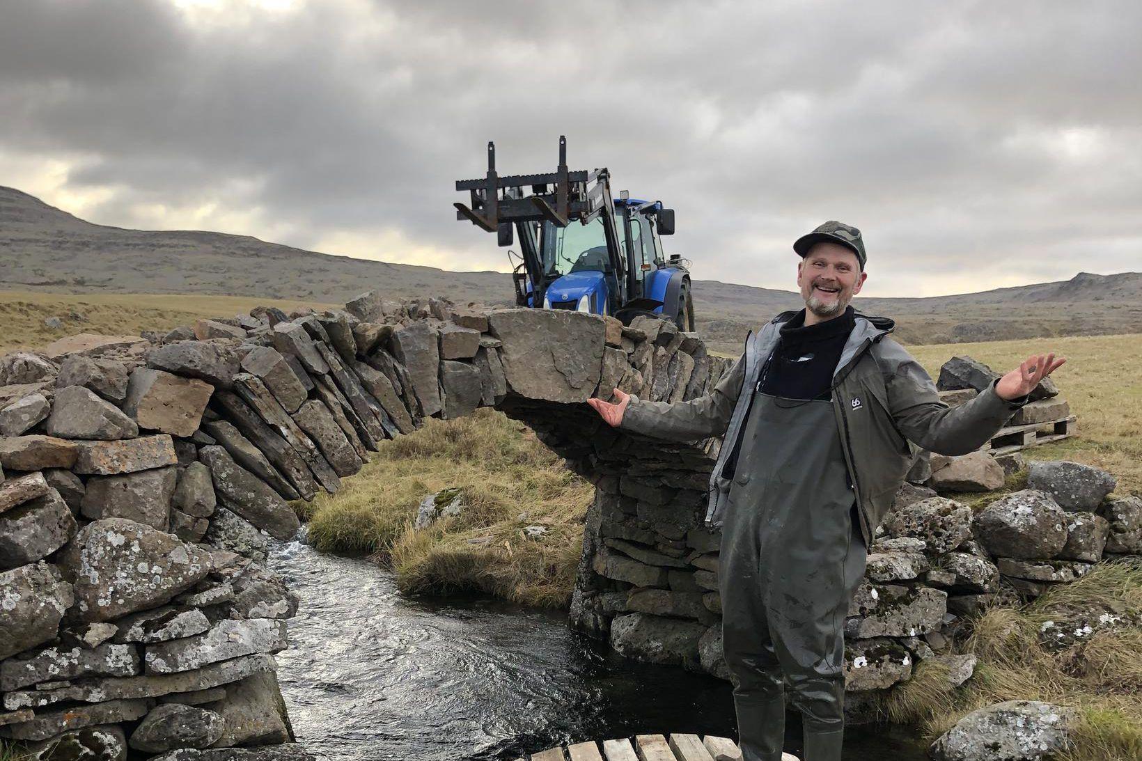 Brúarsmiðurinn Óskar Jónasson er að vonum sáttur með verkið.