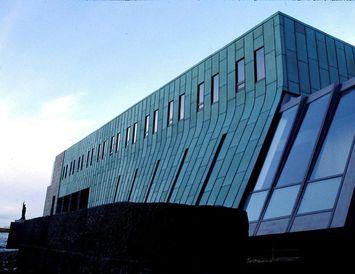 Hæstiréttur hefur staðfest úrskurð héraðsdóms um að maðurinn skuli áfram sæta gæsluvarðhaldi.