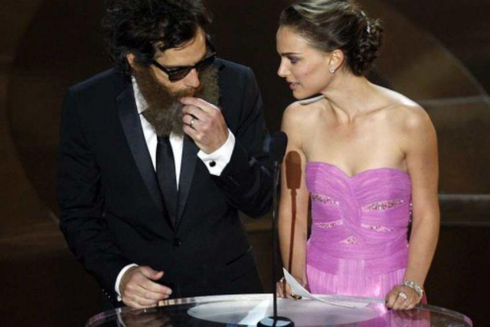 Ben Stiller var torkennilegur þegar hann veitti verðlaun ásamt Natalie Portman.