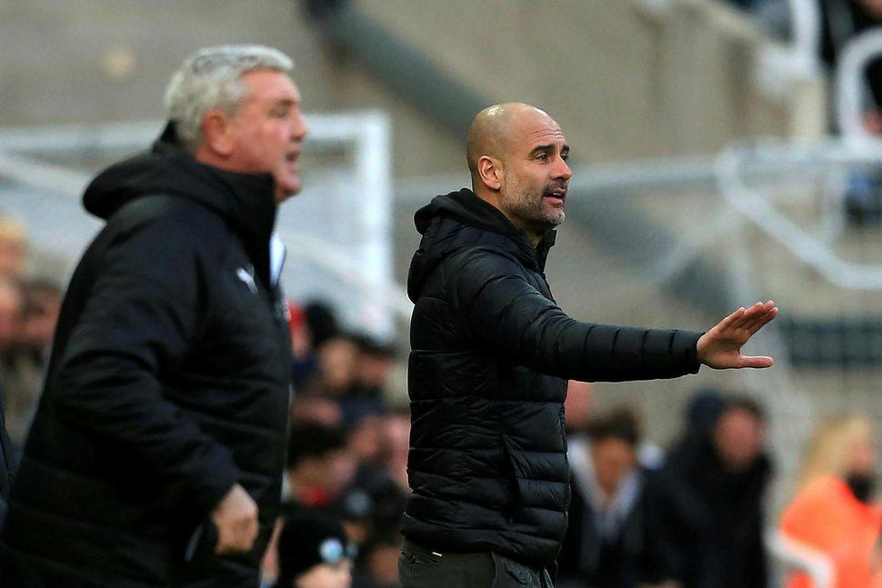 Steve Bruce og Pep Guardiola, stjórar Newcastle og Manchester City, ...