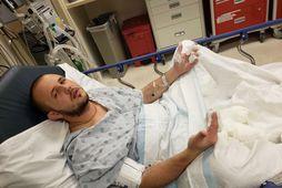 Hinn 22 ára gamli Tommy Piluyev sést hér á sjúkrahúsi eftir slysið.