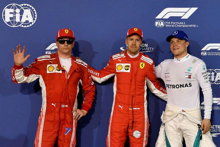 Fyrstu þrír í tímatökunni í Barein. Sebastian Vettel í miðjunni, Kimi Räikkönen til vinstri og ...
