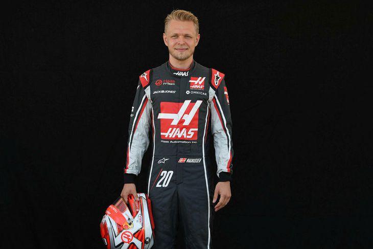 Kevin Magnussen hjá Haas með hjálm sinn í Melbourne.