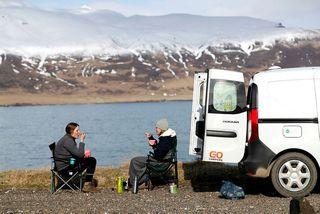 Ferðamenn njóta sín við Hafnarhólma í Borgarfirði eystra. Bílaleigubílum í umferð hefur fækkað frá fyrra ...