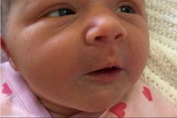 Violet litla er mikill sólargeisli í lífi foreldra sinna.