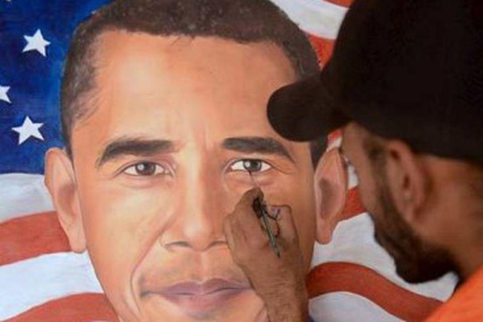 Indverski málarinn Jagjot Singh leggur lokahönd á málverk af Barack Obama sem hann sendi svo …