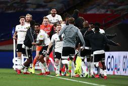Fögnuður leikmanna Fulham í leikslok á Wembley í kvöld.
