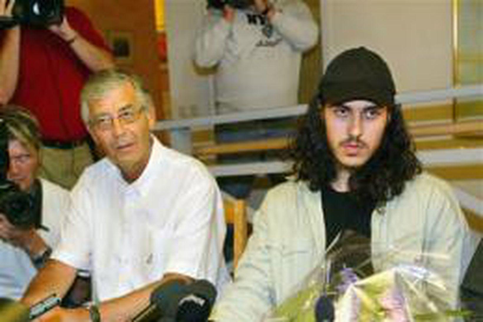 Mehdi Ghezali, t.h., ásamt lögmanni sínum Peter Althin á blaðamannafundi …