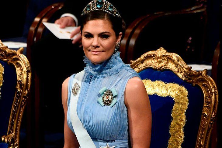 Viktoría krónsprinsessa Svíþjóðar hleypur upp og niður tröppurnar í höllinni.