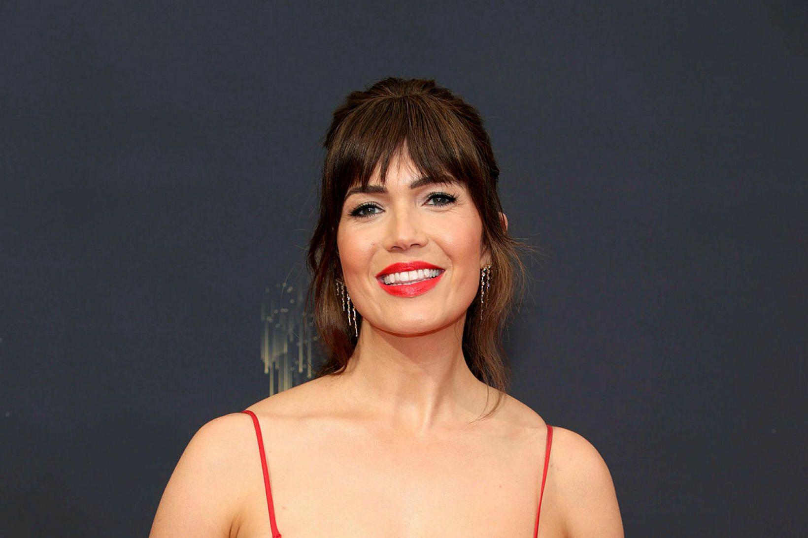 Mandy Moore á rauða dreglinum fyrir Emmy-verðlaunahátíðina. Brjóstapumpan var ekki …