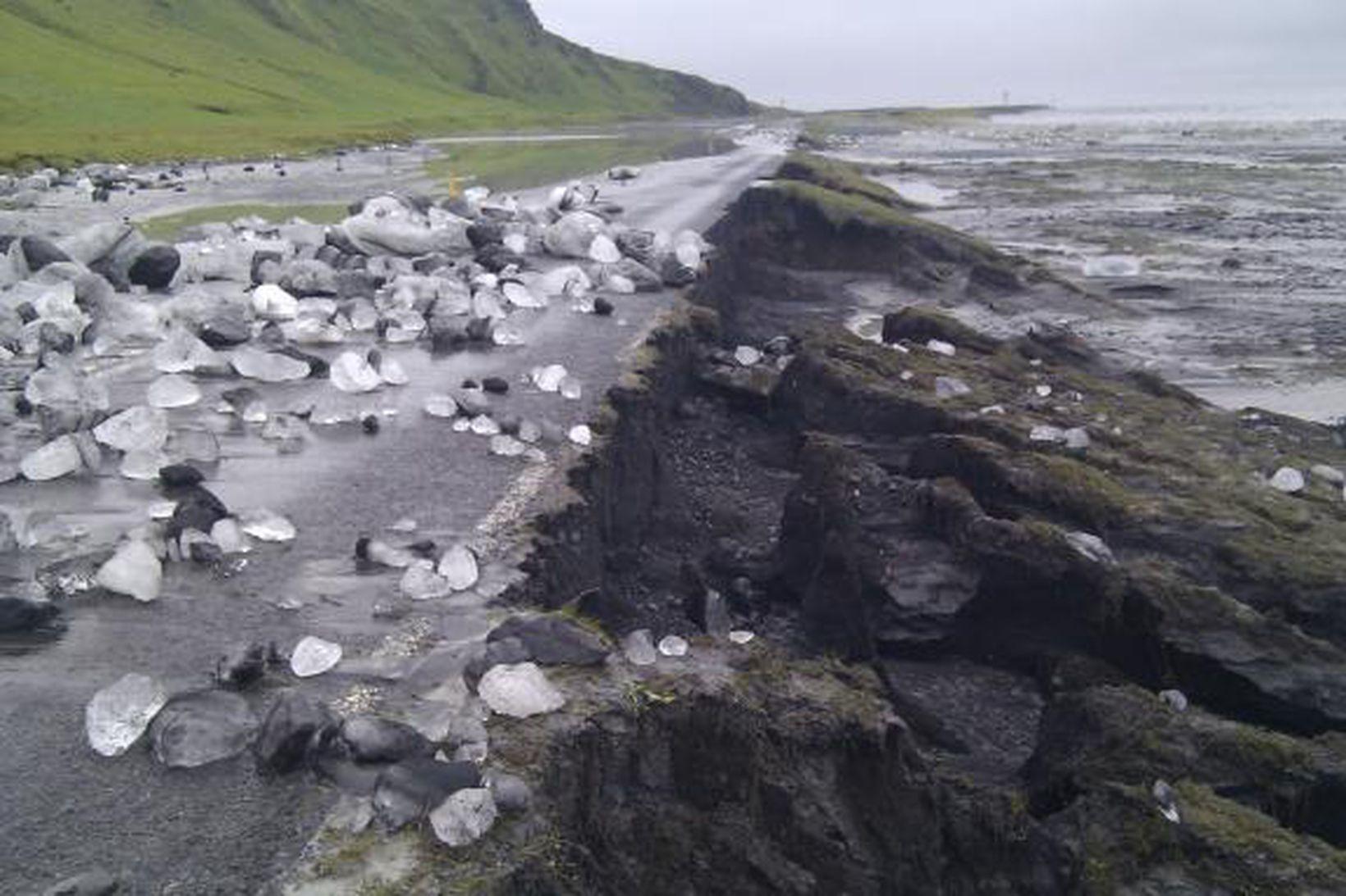 Mikið íshröngl er á veginum eftir að öldutoppur kom niður …