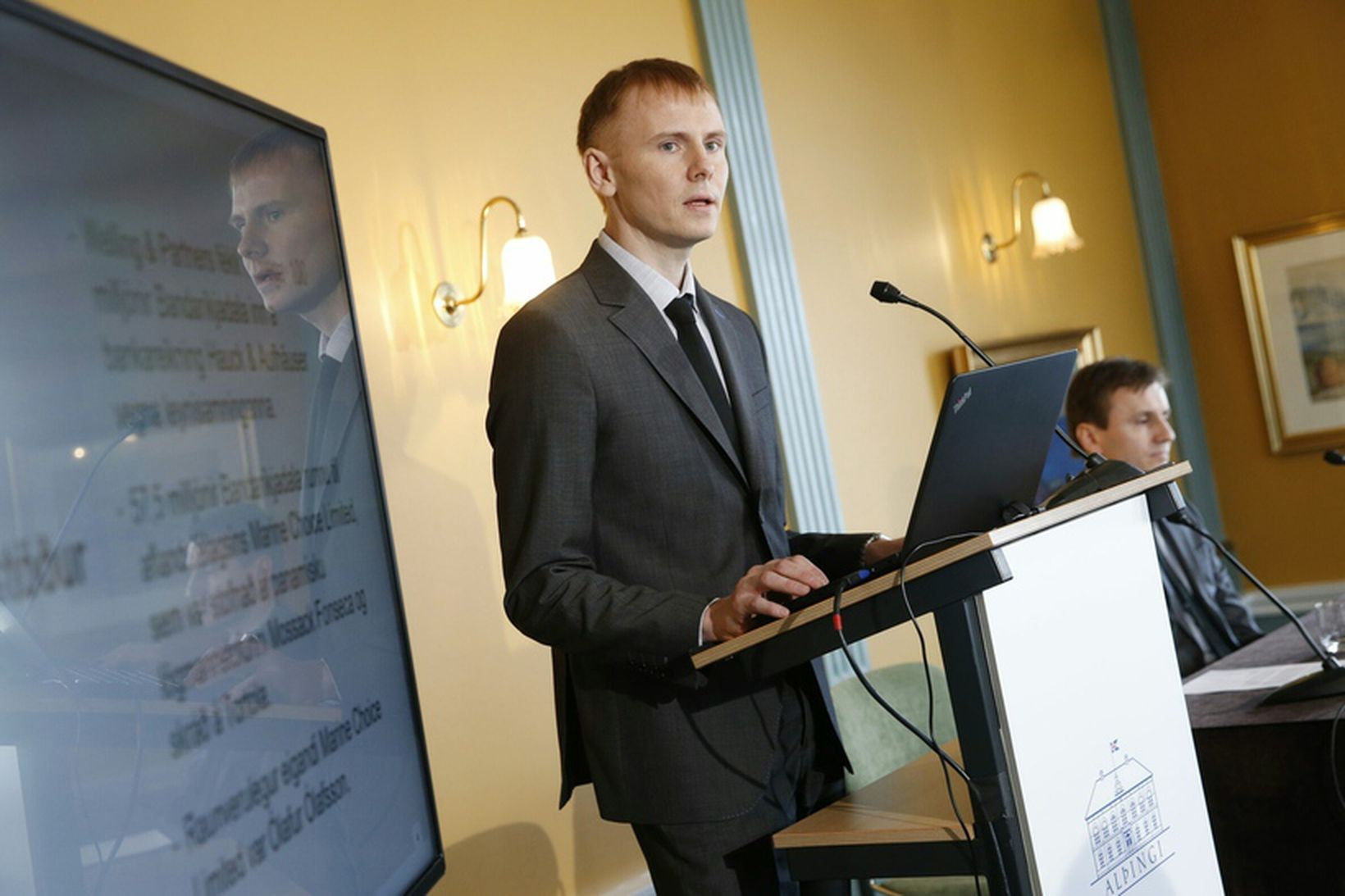 Kjartan Bjarni Björgvinsson kynnir skýrslu rannsóknarnefndarinnar um sölu á 45,8% …