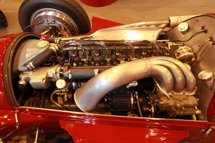 """Þegar vélarhlífinni er lyft af Alfa Romeo 158 """"Alfetta"""" Grand Prix blasir þetta við."""