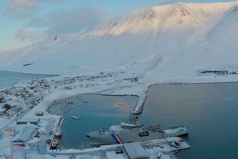 Varnargarðarnir beindu snjóflóðunum að mestu frá byggðinni.