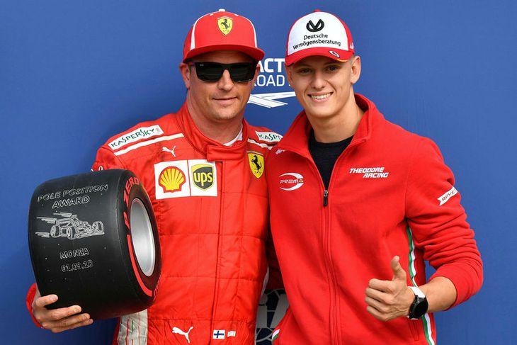 Kimi Räikkönen með verðlaunagrip fyrir sigurinn í tímatökunni í Monza. Mick Schumacher, sonur Michaels Schumacher, ...