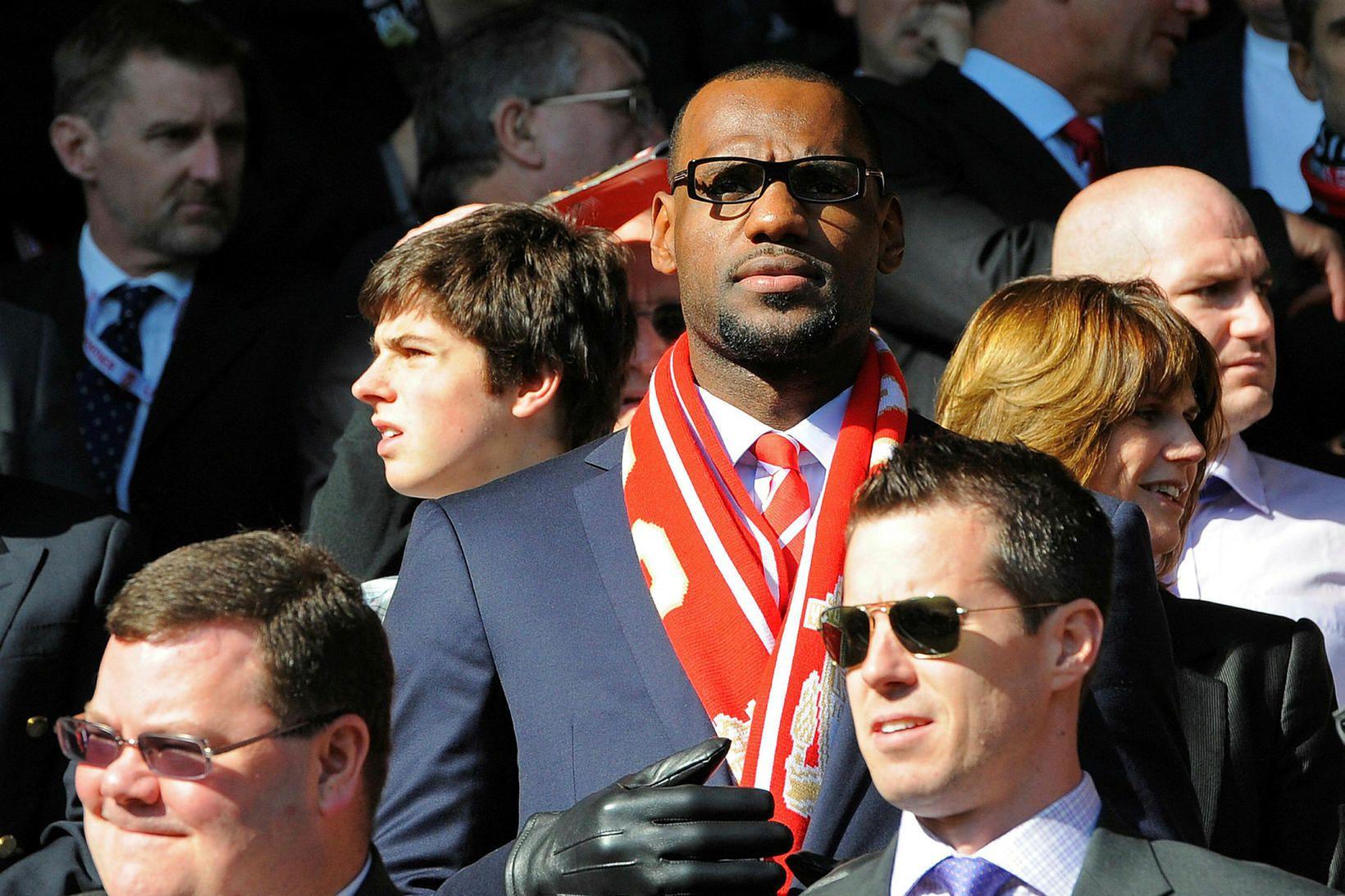 LeBron James, fyrir miðju, á heimaleik Liverpool á Anfield. Hann …