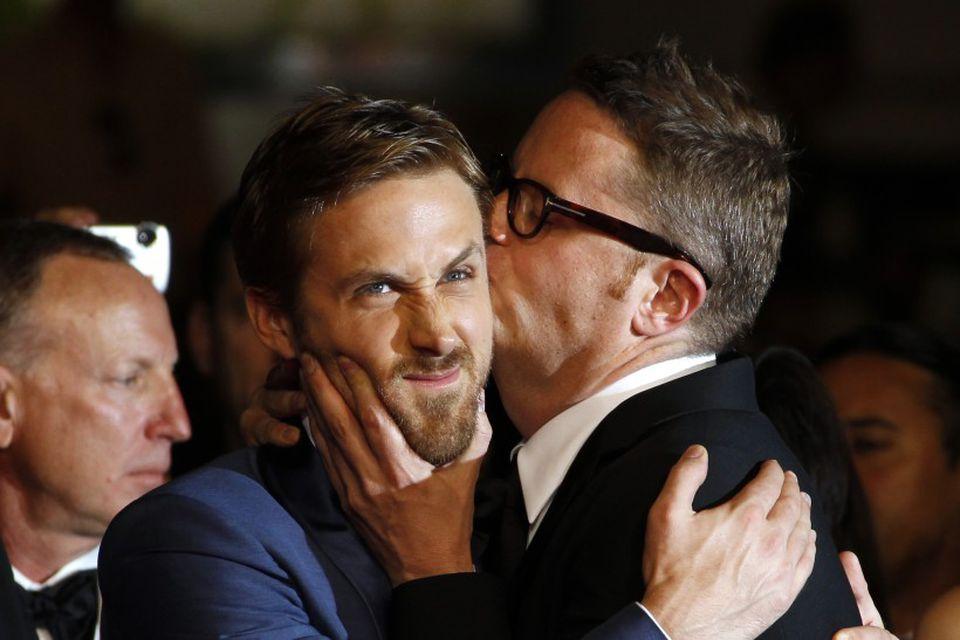 Ryan Gosling fær koss frá leikstjóranum Nicolas Winding Refn í Cannes árið 2011 en þeir …