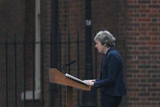 Theresa May les upp yfirlýsingu sína fyrir framan forsætisráðherrabústaðinn við Downingstræti.