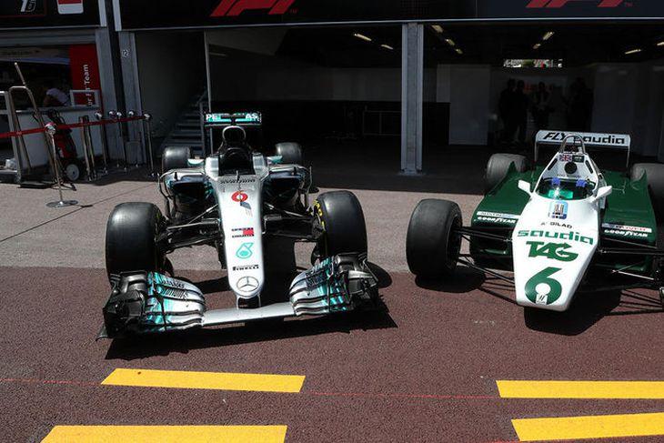 Meistarabílar feðganna Nico (t.v.) og Keke Rosberg tilbúnir til sýningarakstursins í Mónakó.