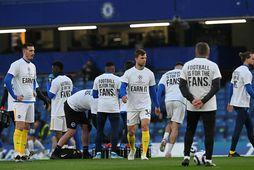Leikmenn Brighton hituðu upp í svona bolum fyrir leikinn gegn Chelsea í gærkvöld.