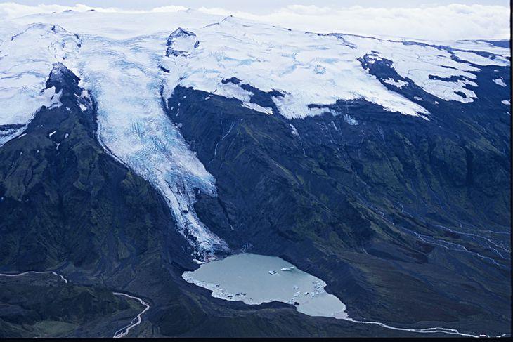 Gígjökull til suðurs 14. september 2007. Jökullinn hafði mikið hopað vegna hlýnunar og lónið við ...
