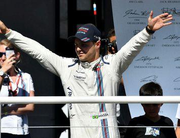 Felipe Massa veifar áhorfendum á heimavelli að keppni lokinni í Sao Paulo í Brasilíu.
