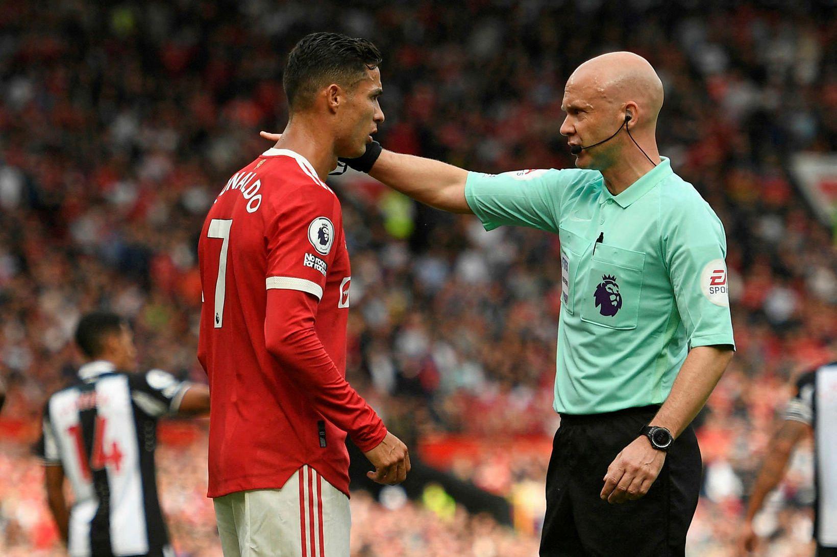 Anthony Taylor ræðir málin við Cristiano Ronaldo um síðustu helgi.