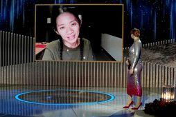 Chloe Zhao sést hér taka við verðlaununum rafrænt.
