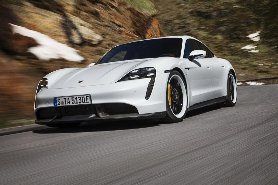 Rafmagnssportbíllinn Porsche Taycan hefur sankað til sín viðurkenningum.