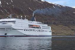 Norræna siglir inn Seyðisfjörð.