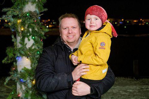 Benedikt Jón Sigmundsson er hér ásamt syni sínum. Hann hóf háskólanám 34 ára og er …
