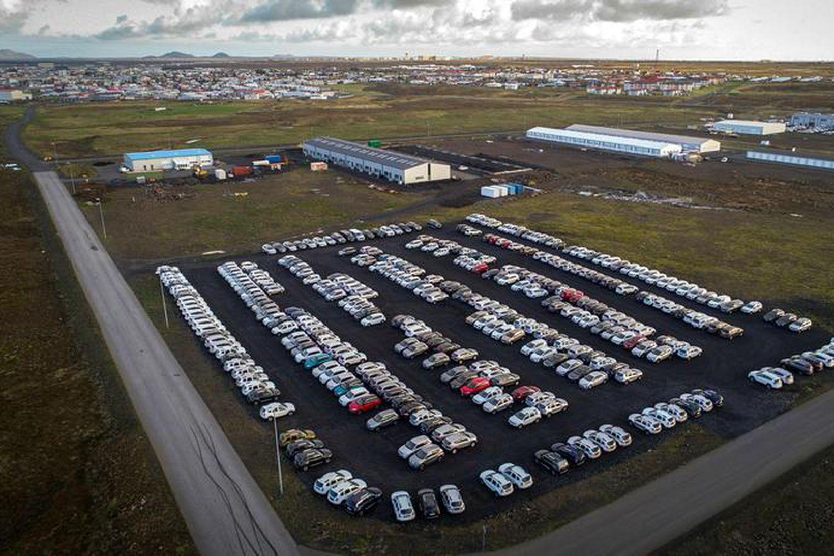 Fjöldi bílaleigubíla stendur óhreyfður hjá bílaleigum.