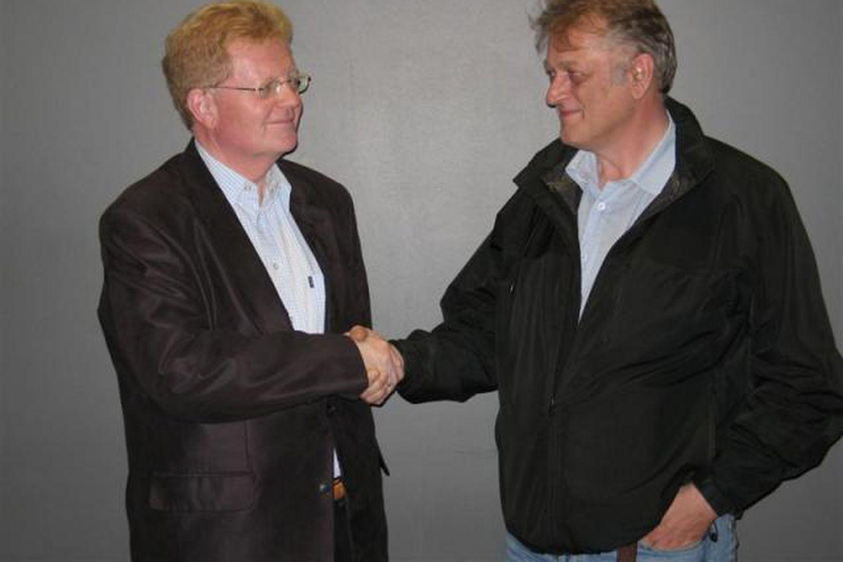 Skúli Eggert Þórðarson, ríkisskattstjóri og Jón Jósef Bjarnason, handsala sættir …